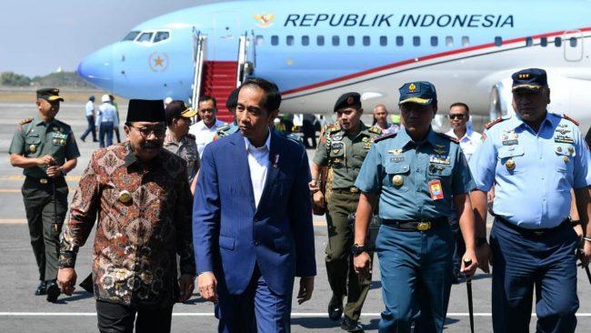 Jokowi bersama dengan Letnan Satu TNI Teddy Indra Wijaya dan Iptu Syarif Muhammad Fitriansyah.