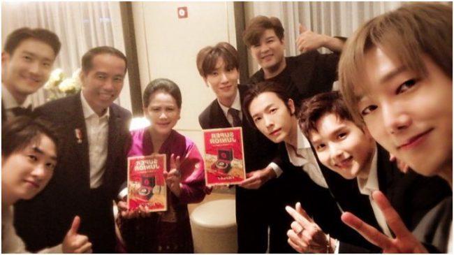 Presiden Jokowi disela-sela kunjungan kerjanya bertemu dengan personil boyband asal Korea, Super Junior
